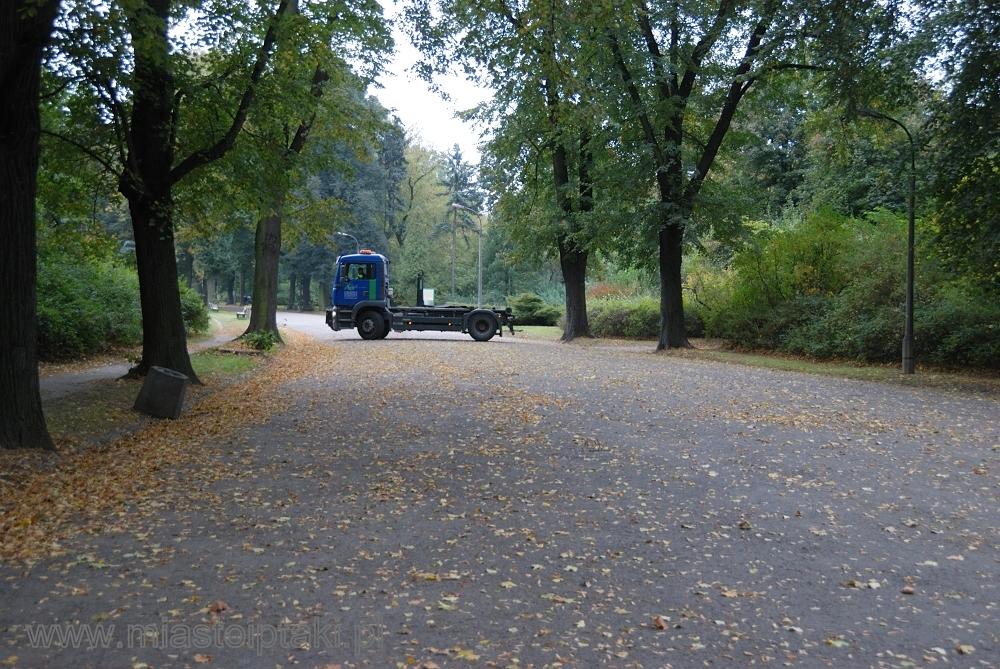Zarządca parku wysyła tiry w parkowe alejki?