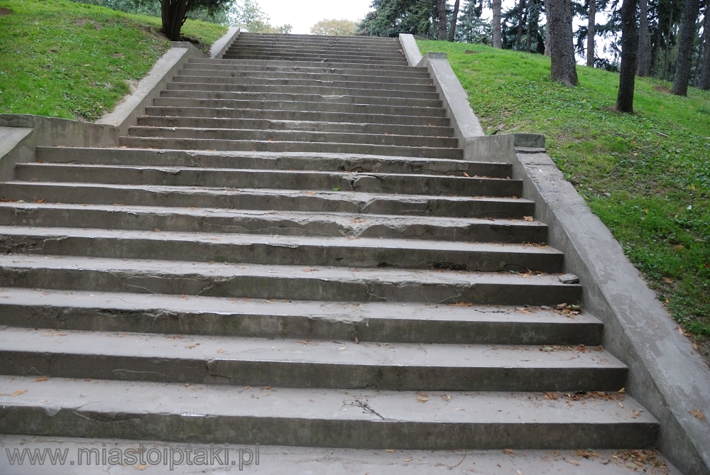 """Te schody były równie """"fachowo"""" remontowane rok temu"""
